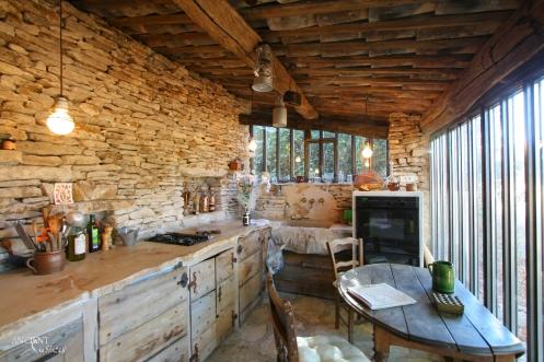 cuisine-rustique-de-pierres-et-bois copy